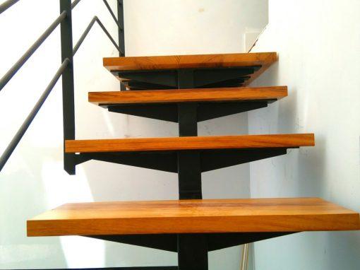 Escalera metálica-madera en reforma de vivienda en S/C de Tenerife